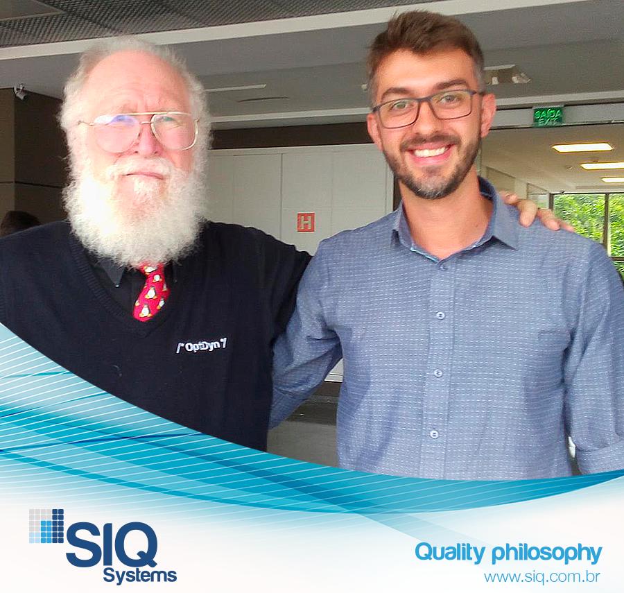 """Foto – da esquerda para direita: Jon """"Maddog"""" Hall, Diretor Executivo da Linux International e Diego Poses, Analista de Aplicações da SIQ Systems"""